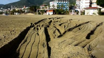 Alanya'da kalorifer yakıtı sızan plaj temizlendi - ANTALYA