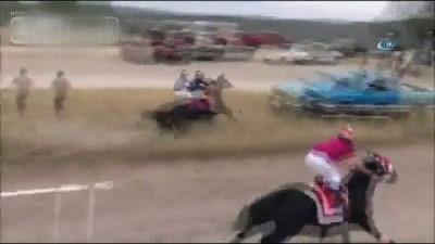 - Meksika'da Yarış Atı Araca Çarptı - Atın Üzerinden Uçan Jokey Ağır Yaralandı