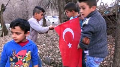 Sınır çocuklarının bayrak sevgisi...Beytüşşebaplı çocuklar, yerde buldukları bayrağı köy meydanına astı