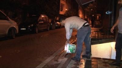 Sultangazi'de 4 evi su bastı... Kova kova su taşıdılar