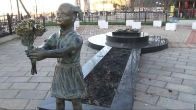 Atatürk'e çiçek veren kızın heykelindeki kömürler çalındı