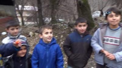 Çocukların bulduğu bayrak köy meydanında dalgalanacak