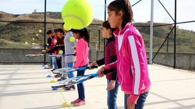 Liceli köy çocukları tenis oynuyor - DİYARBAKIR