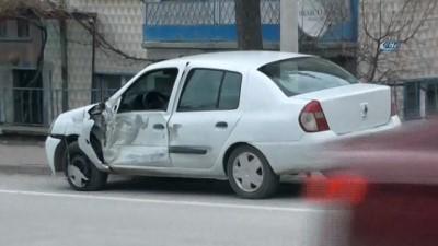 Okul servisi otomobille böyle çarpıştı