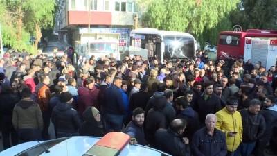 İzmir'de semt pazarları kapanan esnaf yolu trafiğe kapattı