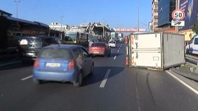 Kamyonet direğe çarptı, trafik felç oldu