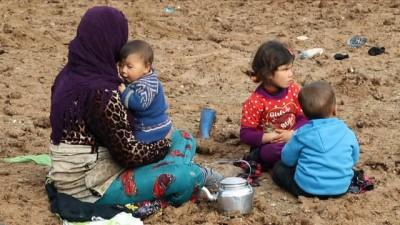 - İdlib'ten Azez bölgesine göç - İdlip'ten Azez ilçesine göç eden Suriyelilerin görüntüleri yürekleri burktu