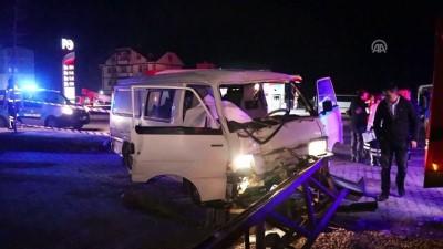 Minibüs elektrik direğine çarptı: 1 ölü, 1 yaralı - BOLU