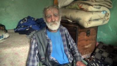 Ambulans şoförünün sırtında taşıdığı yaşlı adamın hayatından dram çıktı