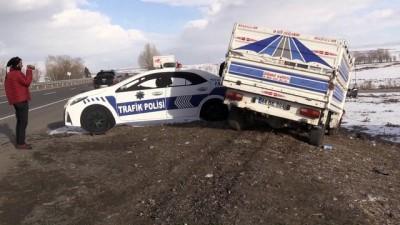 Kamyonet ile minibüs çarpıştı: 3 yaralı - KARS
