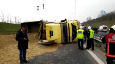 TEM'de kaza...İstanbul istikameti Celaliye mevkiinde kamyon devrildi