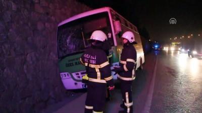 Yolcu midibüsü su kanalına düştü: 3 yaralı - KOCAELİ