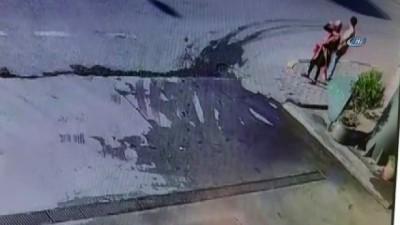 akaryakit istasyonu -  Attıkları bir adım ölümden kurtardı... Dolmuş bekleyen iki kişinin ölümden döndüğü anlar kamerada