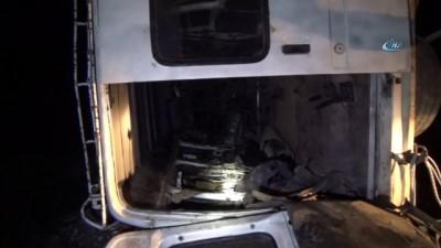ticari arac -  Midyat'ta yolcu minibüsü ile hafif ticari araç çarpıştı: 14 yaralı