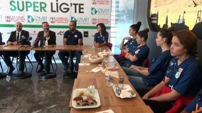 Süper Lig'e yükselen İzmit Belediyespor Kadın Basketbol Takımı oyuncularını tanıttı
