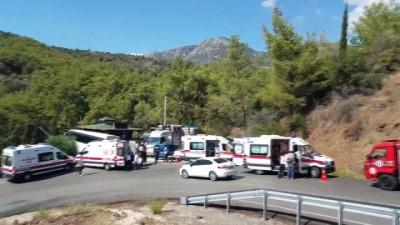 kurtarma ekibi -  Antalya'da tur midibüsü kaza yaptı: 28 yaralı
