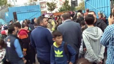 itfaiye eri -  - Bahçelievler'de ortaokul'da yangın - Dumandan etkilenen öğrenci itfaiye erinin kucağınbda dışarı çıkarıldı - Veliler okula akın etti