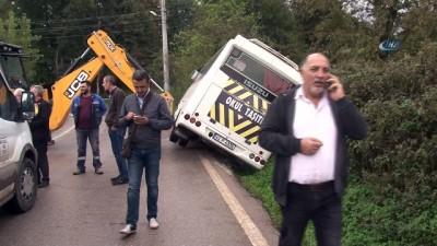 Kaygan yolda kontrolden çıkan öğrenci servisi devrildi: 3 yaralı