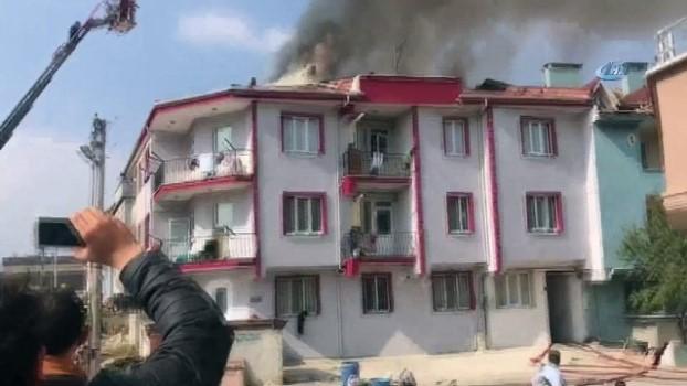 yangin yeri -  İnegöl'de bir apartmanın çatısında çıkan yangın paniğe neden oldu