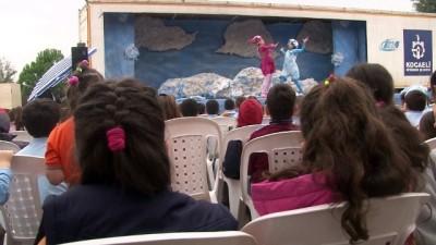 Tır dorsesinde kurulan sahne, köy çocuklarını tiyatro ile buluşturuyor