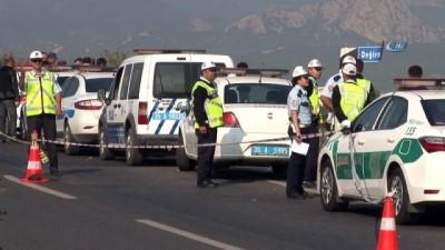 kurtarma ekibi -  Kaçak göçmenleri taşıyan kamyon devrildi: Ölü sayısı 22'ye yükseldi