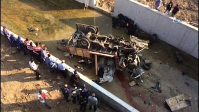 saglik ekibi -  Mültecileri taşıdığı iddia edilen araç sulama kanalına uçtu