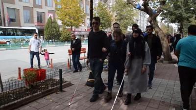farkindalik - Öğrenciler gözlerine bandaj bağlayıp empati yürüyüşü yaptı - KÜTAHYA