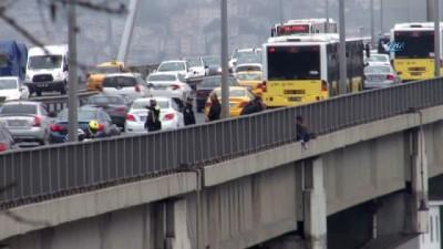 15 Temmuz Şehitler Köprüsü korkuluklarına çıkan bir şahıs intihar teşebbüsünde bulunuyor, ikna çabaları devam ediyor