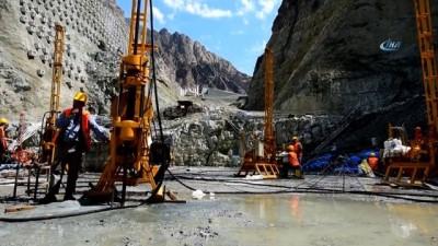 Bittiğinde Türkiye'nin en yüksek barajı olacak olan Yusufeli Barajının yapımı havadan görüntülendi