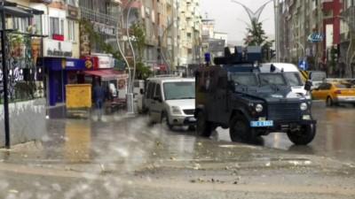 Hakkari'de aniden bastıran sağanak yağış vatandaşlara zor anlar yaşattı