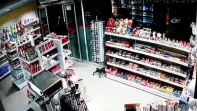 Döner bıçağıyla benzin istasyonunun marketini soyan gaspçı kamerada