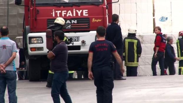 saglik ekibi -  Strene monomer yüklü tanker, kimya fabrikasının bahçesine devrildi: 1 yaralı