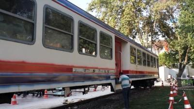 40 ton ağırlığındaki tren vagonu tırlarla bir alışveriş merkezine böyle taşındı