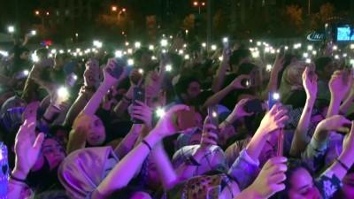 """Diyarbakır'da """"Gençlik Festivali""""nde ünlü şarkıcı Selçuk Balcı ve Buray Hoşsöz sahne aldı"""