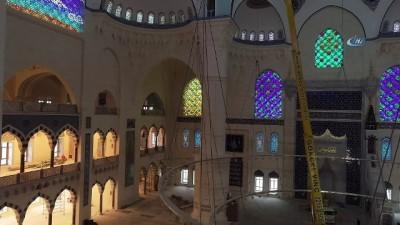 Çamlıca Camii'ne devasa avizenin yerleştirilmesi drone ile görüntülendi