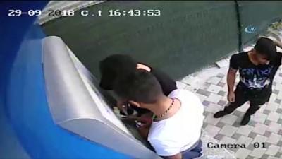 ATM'ye düzenek yerleştiren şahıslar suçüstü kamerada