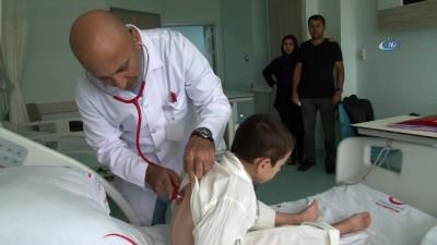 Kalbi delik olan 6 yaşındaki çocuğa koltuk altından kalp ameliyatı