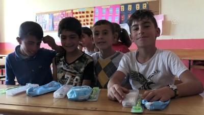 Köy çocuklarının dünyasını renklendiriyorlar - BİTLİS