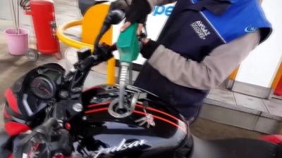 akaryakit istasyonu -  Litresi 7 liradan satılan benzinden '1' liralık almak istedi... O anlar kamerada