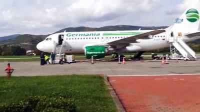 itfaiye araci -  Tekerleği toprağa saplanan uçak 4 saatlik çalışmanın ardından kurtarıldı