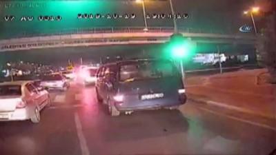 Antalya'da özel halk otobüsüne şoförüne levyeyle saldırı anı ve yaşananlar kamerada