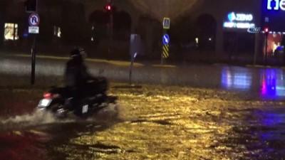 Bursa'yı sağanak vurdu, otomobil sürücüsü alt geçitte mahsur kaldı