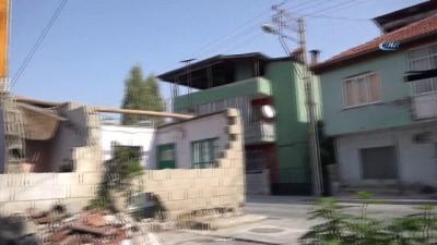 Yaşlı kadının cadde ortasında kalan evini yıkıp yeni ev yaptılar