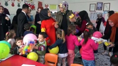 hayirseverler -  Köy okulu öğrencilerine oyuncak ve kırtasiye desteği