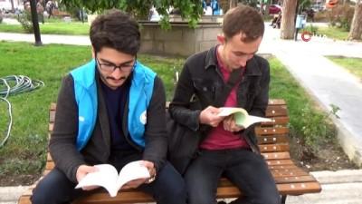 Gençler parkta vatandaşlarla kitap okudu