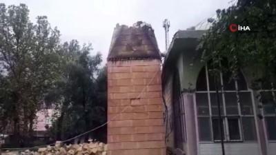 Minare ambulansın üzerine devrildi