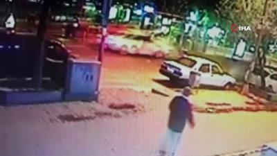 yasli adam -  Otomobilin çarptığı yaşlı adam metrelerce havaya uçtu, kazayı görenler şoke oldu... O anlar kamerada