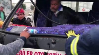 Tırla çarpışan kamyonette sıkışan sürücü itfaiye tarafından çıkarıldı