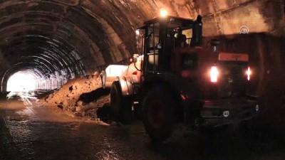 Tunceli'de şiddetli yağış - Tünelin içine akan toprak yolu kapattı