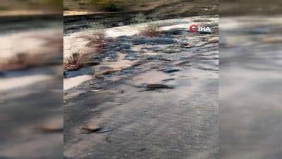 Hakkari Kırıkdağ köyünde sel... Köy yolu çökerek ikiye bölündü